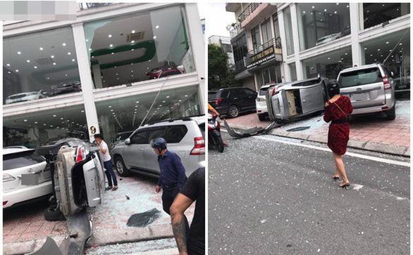 Hi hữu xe Toyota Vios húc tung cửa kính showroom, bay từ tầng 2 xuống đất - Ảnh 1.