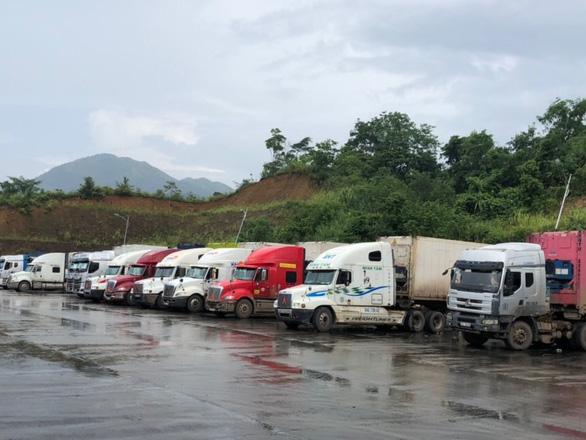 Trung Quốc cấp mẫu C/O mới, hàng trăm xe hàng ùn ứ ở cửa khẩu - Ảnh 1.