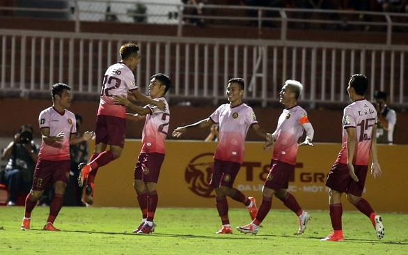 Thắng 2-0 từ sút xa, CLB Sài Gòn đẩy Thanh Hóa xuống vị trí nguy hiểm - Ảnh 2.