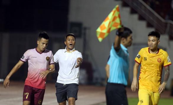 Thắng 2-0 từ sút xa, CLB Sài Gòn đẩy Thanh Hóa xuống vị trí nguy hiểm - Ảnh 4.