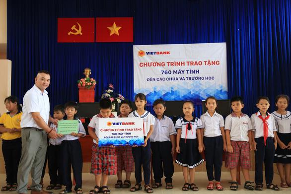 Vietbank tặng 760 máy tính cho các chùa và trường học - Ảnh 1.