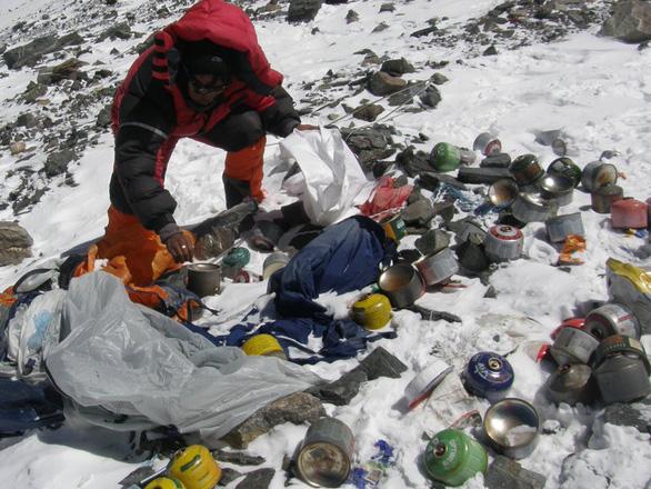Dân leo núi Everest bị cấm mang theo đồ nhựa - Ảnh 1.