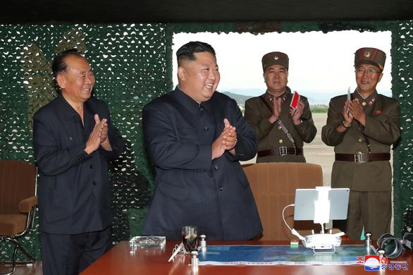 Triều Tiên thử nghiệm phóng nhiều tên lửa siêu lớn - Ảnh 3.