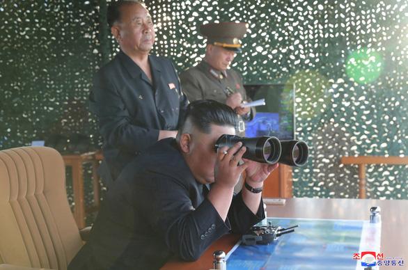 Triều Tiên thử nghiệm phóng nhiều tên lửa siêu lớn - Ảnh 1.