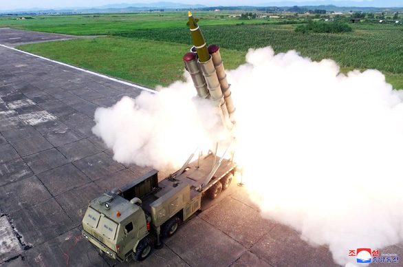 Triều Tiên thử nghiệm phóng nhiều tên lửa siêu lớn - Ảnh 2.