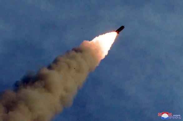 Triều Tiên thử nghiệm phóng nhiều tên lửa siêu lớn - Ảnh 5.