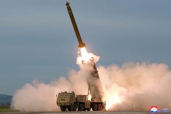 Triều Tiên thử nghiệm phóng nhiều tên lửa siêu lớn - Ảnh 4.