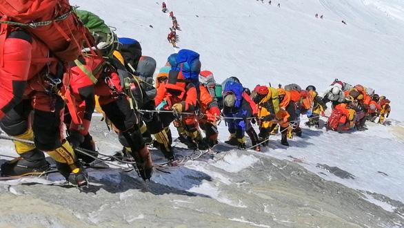 Dân leo núi Everest bị cấm mang theo đồ nhựa - Ảnh 3.