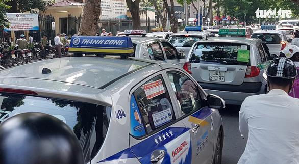 Taxi ở Hà Nội phải mở tài khoản điện tử để trả phí và... nộp phạt - Ảnh 1.