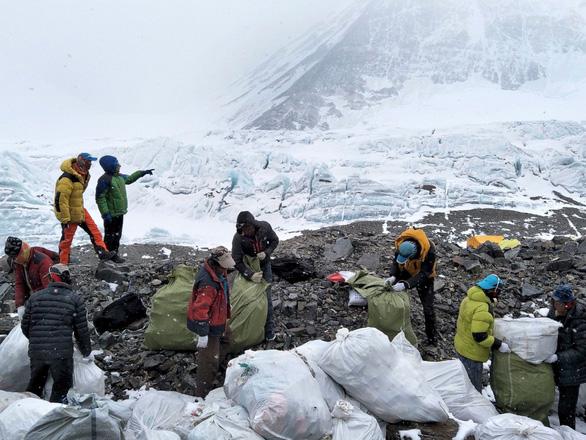 Dân leo núi Everest bị cấm mang theo đồ nhựa - Ảnh 2.