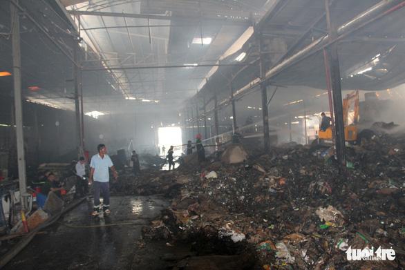 Cháy lớn tại nhà máy giấy, thiệt hại trên 1 tỉ đồng - Ảnh 6.