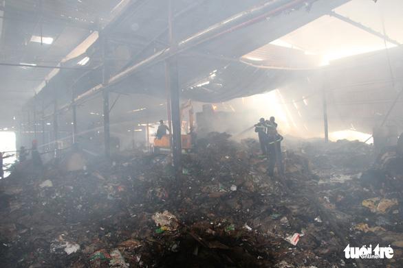 Cháy lớn tại nhà máy giấy, thiệt hại trên 1 tỉ đồng - Ảnh 4.
