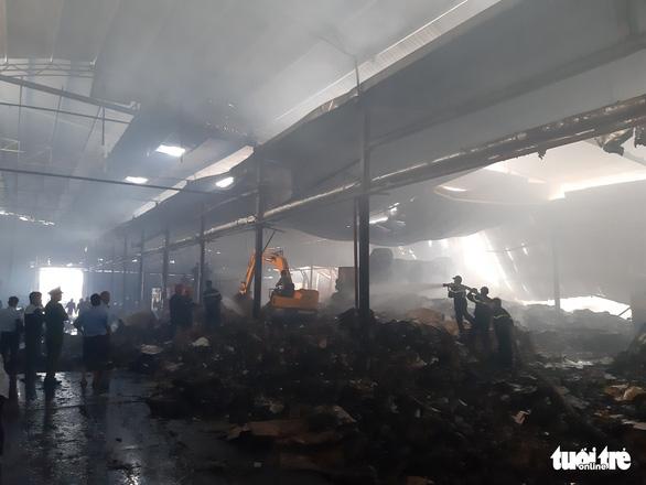Cháy lớn tại nhà máy giấy, thiệt hại trên 1 tỉ đồng - Ảnh 2.