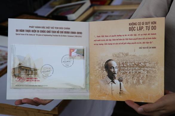 Phát hành bộ tem và bộ lịch đặc biệt về Bác Hồ - Ảnh 2.