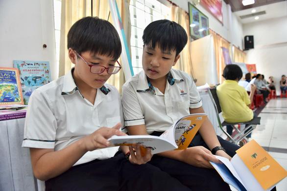 Quán cà phê 'dụ' học sinh đọc hết 1 quyển sách được miễn phí nước - Ảnh 1.