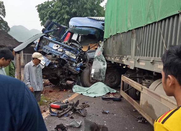Xe tải tông xe đầu kéo, tài xế văng ra ngoài tử vong - Ảnh 1.