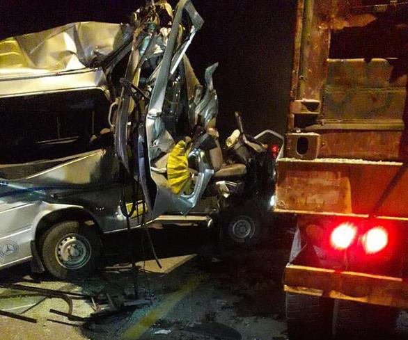 Xe khách tông xe container, 16 người bị thương - Ảnh 2.