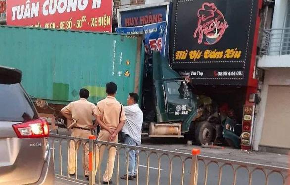 Xe container lao vào nhà dân lúc rạng sáng, nhiều người tháo chạy thoát thân - Ảnh 1.