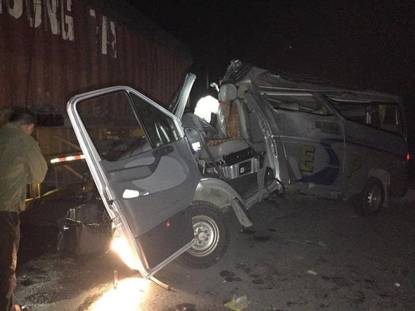Xe khách tông xe container, 16 người bị thương - Ảnh 1.