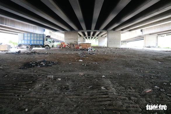 Đã dẹp chợ tự phát, bãi rác tại các chân cầu ở quận 7 - Ảnh 2.