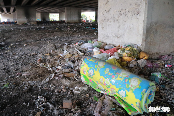 Đã dẹp chợ tự phát, bãi rác tại các chân cầu ở quận 7 - Ảnh 3.