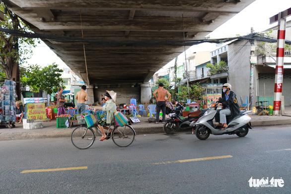 Đã dẹp chợ tự phát, bãi rác tại các chân cầu ở quận 7 - Ảnh 4.