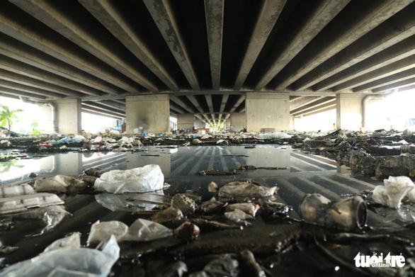 Đã dẹp chợ tự phát, bãi rác tại các chân cầu ở quận 7 - Ảnh 1.