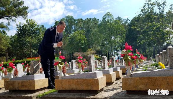 Lần đầu tiên, đại sứ Mỹ viếng nghĩa trang liệt sĩ quốc gia Trường Sơn - Ảnh 1.