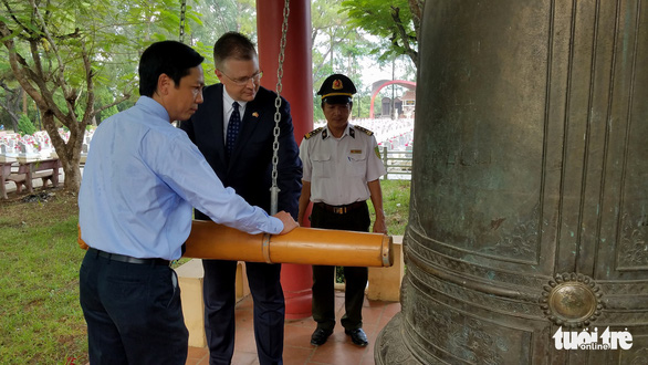 Lần đầu tiên, đại sứ Mỹ viếng nghĩa trang liệt sĩ quốc gia Trường Sơn - Ảnh 2.