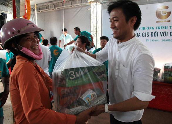 Phú Quốc: 600 phần quà được trao tặng đồng bào bị thiệt hại do lũ lụt - Ảnh 1.
