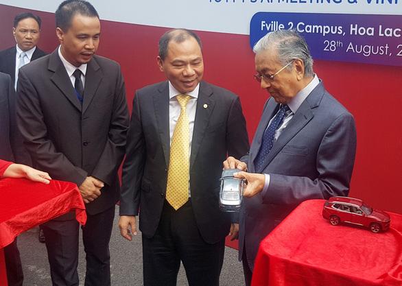 Thủ tướng Malaysia thấy tiếc khi chỉ lái xe Vinfast được đến 100km/h - Ảnh 1.