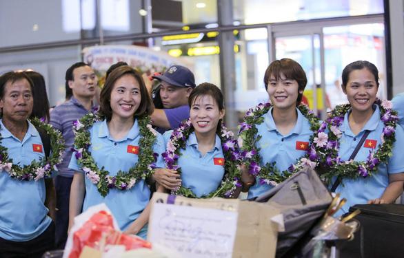 Các nữ tuyển thủ vô địch Đông Nam Á về nước trong lặng lẽ - Ảnh 5.