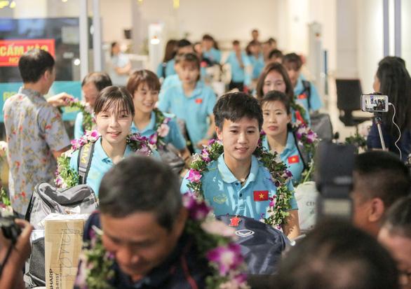 Các nữ tuyển thủ vô địch Đông Nam Á về nước trong lặng lẽ - Ảnh 2.