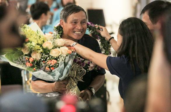 Các nữ tuyển thủ vô địch Đông Nam Á về nước trong lặng lẽ - Ảnh 1.
