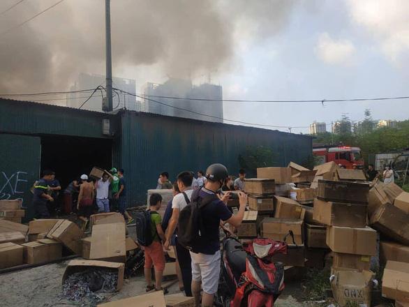 Nhà xưởng chứa linh kiện điện tử bốc cháy ở Hà Nội - Ảnh 4.