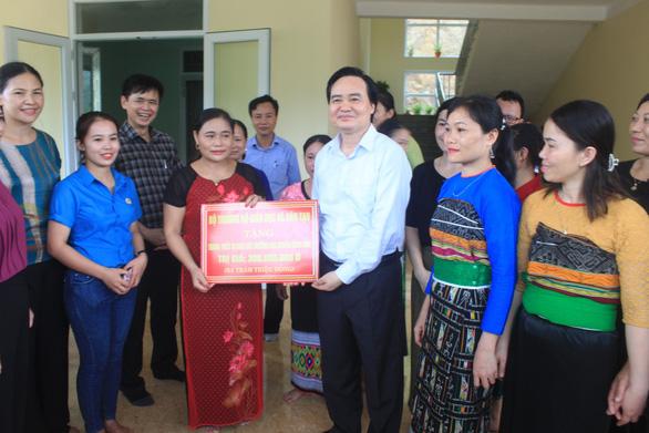 Bộ trưởng Phùng Xuân Nhạ thăm, tặng quà các trường vùng lũ Quan Sơn - Ảnh 1.