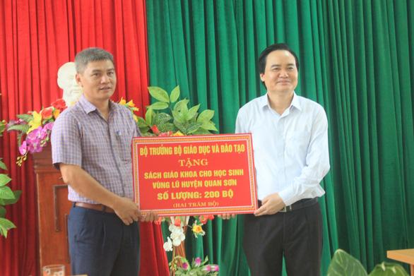Bộ trưởng Phùng Xuân Nhạ thăm, tặng quà các trường vùng lũ Quan Sơn - Ảnh 2.