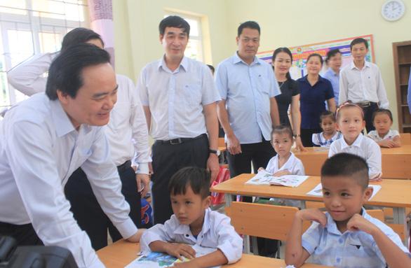 Bộ trưởng Phùng Xuân Nhạ thăm, tặng quà các trường vùng lũ Quan Sơn - Ảnh 3.