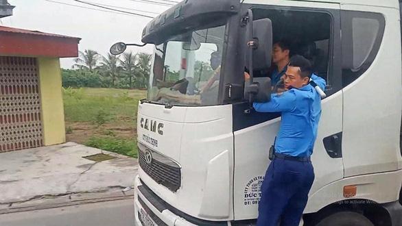 Phạt lái xe chở quá tải bỏ chạy 72 triệu đồng là chưa kịch khung - Ảnh 1.
