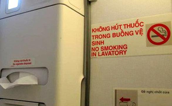 Hút thuốc trên máy bay, mất ngay 4 triệu đồng - Ảnh 1.