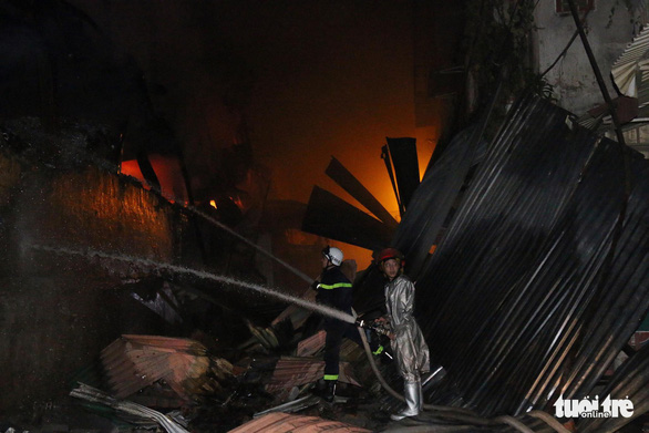 Hỏa hoạn ở công ty Rạng Đông được khống chế sau gần 6 tiếng nỗ lực - Ảnh 14.