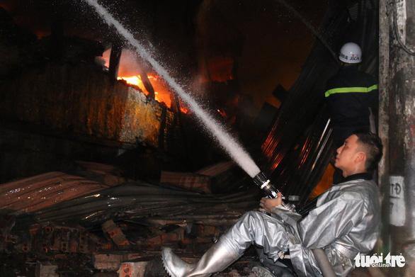 Hỏa hoạn ở công ty Rạng Đông được khống chế sau gần 6 tiếng nỗ lực - Ảnh 12.