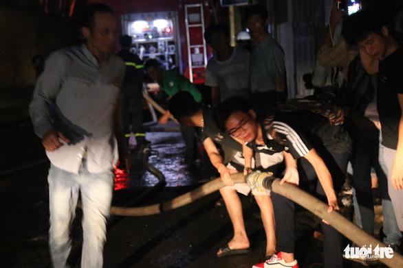 Hỏa hoạn ở công ty Rạng Đông được khống chế sau gần 6 tiếng nỗ lực - Ảnh 11.