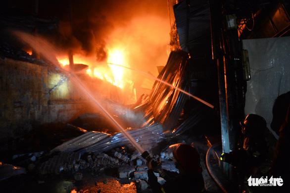 Hỏa hoạn ở công ty Rạng Đông được khống chế sau gần 6 tiếng nỗ lực - Ảnh 8.