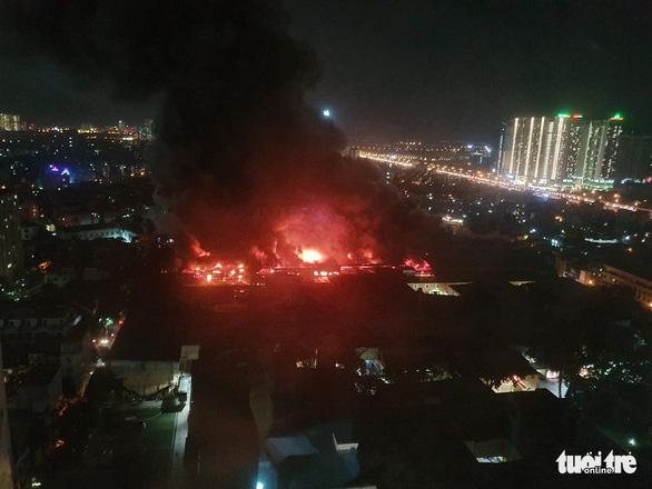 Hỏa hoạn ở công ty Rạng Đông được khống chế sau gần 6 tiếng nỗ lực - Ảnh 3.