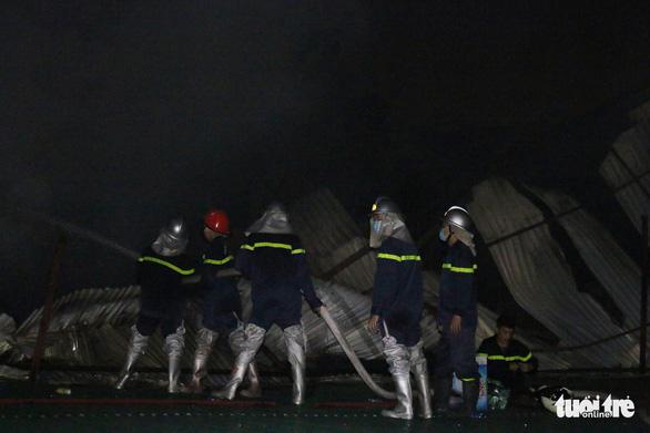 Hỏa hoạn ở công ty Rạng Đông được khống chế sau gần 6 tiếng nỗ lực - Ảnh 19.