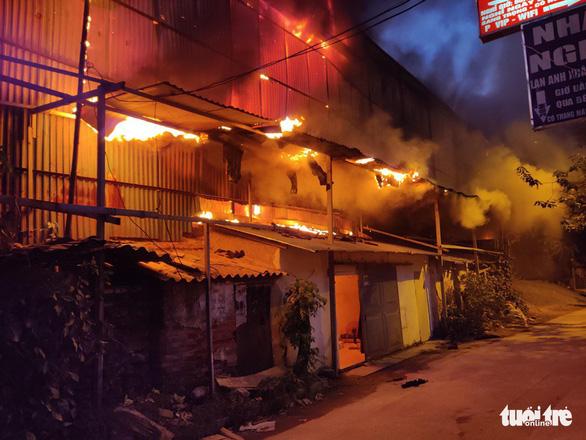 Hỏa hoạn ở công ty Rạng Đông được khống chế sau gần 6 tiếng nỗ lực - Ảnh 1.