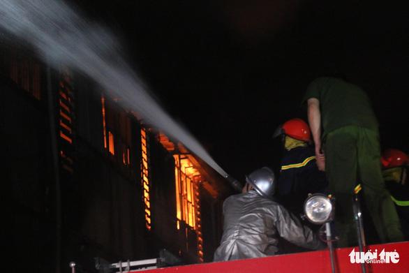 Hỏa hoạn ở công ty Rạng Đông được khống chế sau gần 6 tiếng nỗ lực - Ảnh 5.
