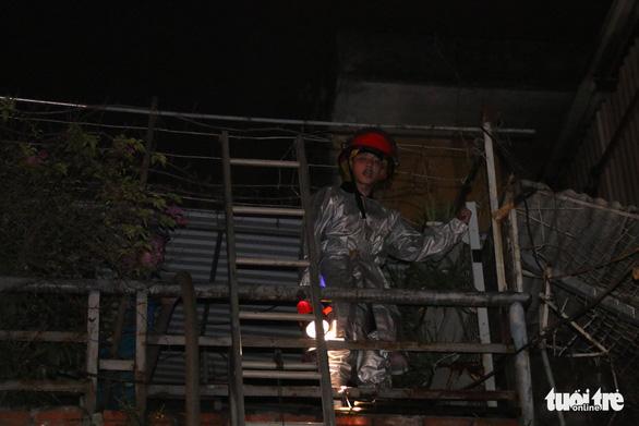 Hỏa hoạn ở công ty Rạng Đông được khống chế sau gần 6 tiếng nỗ lực - Ảnh 7.