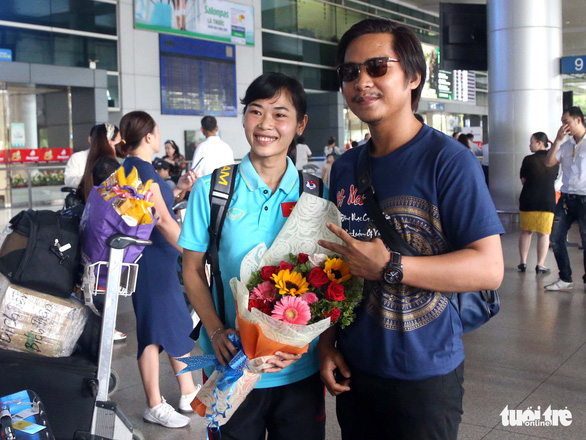 Sân bay Tân Sơn Nhất đìu hiu đón các nữ tuyển thủ tân vô địch Đông Nam Á - Ảnh 4.